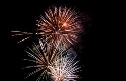 Ráfaga del fuego artificial en cielo oscuro en el Año Nuevo de la celebración de la noche, cuenta d Imagenes de archivo