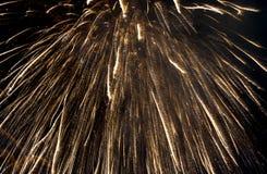Ráfaga del fuego artificial en cielo oscuro en el Año Nuevo de la celebración de la noche, cuenta d Foto de archivo