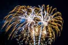 Ráfagas del blanco del oro de la celebración de los fuegos artificiales del fuego artificial Imagenes de archivo