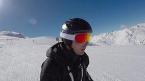 Rápidamente esquiando a Ski Slopes In The Mountains y a mucha adrenalina en sangre almacen de metraje de vídeo