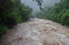 Rápidos del río de Urubamba cerca del pueblo de Calientes de los Aguas después del trop foto de archivo