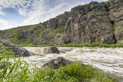 Rápidos del río en un fondo del día de verano de las rocas Foto de archivo libre de regalías
