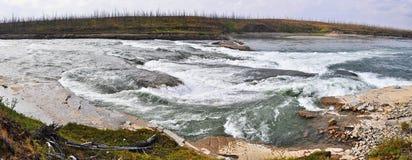Rápidos rocosos en un río septentrional Foto de archivo