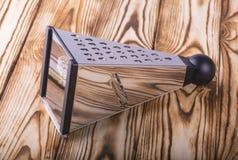 Râpe de pyramide sur la table en bois Image stock