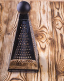 Râpe de pyramide sur la table en bois Images libres de droits