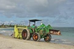Râteau de ressac sur le tracteur Images libres de droits