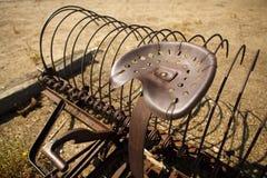 Râteau rouillé Antiqued et Seat de ferme images libres de droits