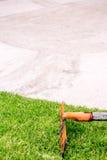 Râteau se trouvant sur l'herbe dans le terrain de golf Images stock