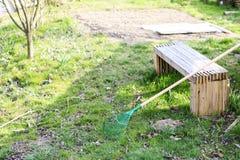 Râteau vert sur l'herbe Photo libre de droits