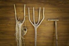Râteaux en bois antiques pour le labourage image libre de droits