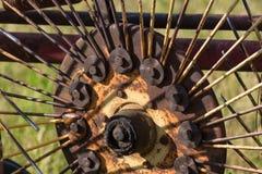 râtelage de la machine pour faire les foins avec un vieux traktor photos stock