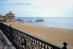Râtelage de la plage en Russie Photographie stock