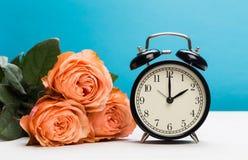 Różane róże i zegar na różowym tle, światła dziennego oszczędzanie zdjęcia stock