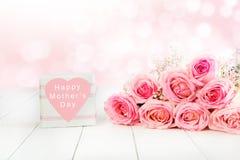 Różany bukiet w menchiach dla matka dnia z prezenta pudełkiem zdjęcia stock