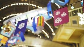 Różne dekoracje wiesza na drucie z lampami wśrodku domu towarowego zdjęcie wideo