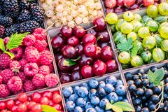 Różne kolorowe jagody w drewnianym pudełku Zakończenie obrazy royalty free