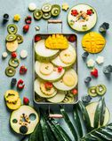 Różnorodne kolorowe świeże owoc i jagody w tacy, odgórny widok Lata jedzenie pionowo obraz royalty free