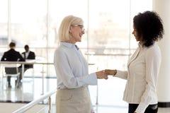 Różnorodni bizneswomany trząść ręki wita each inny zdjęcia royalty free