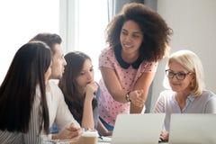 Różnorodni uczni pracownicy drużyna i mentora nauczyciel wymagający w dyskusji zdjęcie royalty free