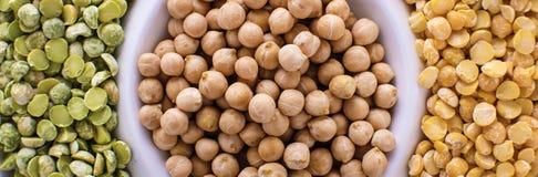 Różnorodny asortyment legumes - fasole, soj fasole, chickpeas, soczewicy, zieleni grochy Odgórnego widoku sztandaru format zdjęcie royalty free