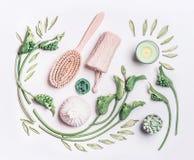 Różnorodny celulitisu wyposażenie dla suchego masażu na białej tło dowcipu zieleni w domu opuszcza i kwiaty, odgórny widok Suchy  zdjęcie royalty free