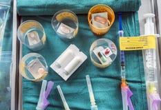 Różnorodny lekarstwo w szkłach w szpitalu, konceptualny wizerunek obraz stock