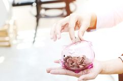 Różowy menniczy słój w ręce zdjęcia stock