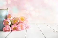 Różowy tulipanowy bukieta lying on the beach na białych drewnianych deskach fotografia stock