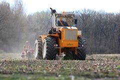 RÃ-¡ lodisar Huntractor artikulerade traktoren som förbereder fältet i Ungern royaltyfria foton