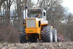 RÃ-¡ lodisar Huntractor artikulerade traktoren som förbereder fältet i Ungern royaltyfri fotografi
