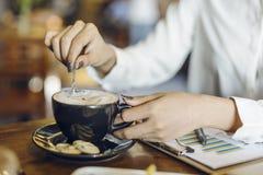 rörd kvinna för kaffe Arkivbild