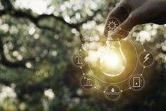 ręce gospodarstwa światła żarówki Innowacja i kreatywnie pojęcie zdjęcie royalty free