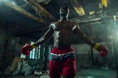 Ręka bokser nad czarnym tłem Siły, ataka i ruchu pojęcie, obraz royalty free