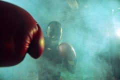 Ręka bokser nad czarnym tłem Siły, ataka i ruchu pojęcie, fotografia royalty free