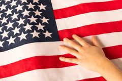 Ręka dziewczyna na tle flaga amerykańska troszkę Pojęcie patriotyzm obrazy royalty free