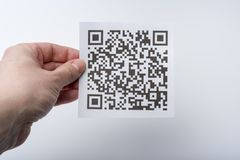 Ręka trzyma transakcja kod na kawałek papieru obrazy stock