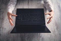 Ręki gacenia gest z laptopem na nowożytnym biurku obrazy royalty free