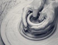 Ręki w glinie przy procesem robić ceramiczny na ceramicznym kole zdjęcie stock