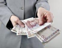 Räcka över pengar Royaltyfri Foto