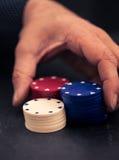 Räcka alla att slå vad in med pokerchiper, retro färgblick Arkivfoton