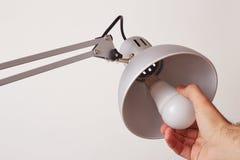 Räcka att ändra en vanlig ljus kula för LED Royaltyfria Bilder