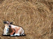 Räcka att dra av en ko på Haybale bakgrund Arkivfoto