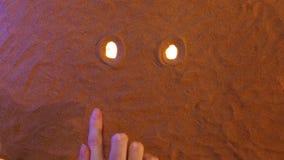 Räcka att dra ledset leendesymbol i sanden pink scallop seashell Top beskådar stock video