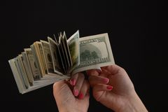 Räcka att ge pengar, Förenta staternadollar eller USD Händer som rymmer sedlar Händer som rymmer en räkning för dollar 100 royaltyfria foton