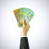 Räcka att lyfta pengar, räkningar för den australiska dollaren (AUD) Arkivbild