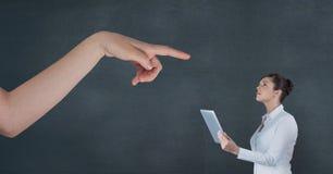 Räcka att peka på affärskvinnan som rymmer en minnestavla mot blå bakgrund Royaltyfria Bilder