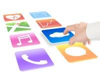 Räcka att peka på molnet som beräknar med färgrika app-symboler Arkivfoto