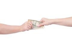Räcka att räcka över pengar till en annan hand som isoleras på vit bakgrund Royaltyfri Fotografi