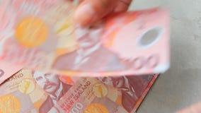 Räcka att räkna Nya Zeeland sedelbankrörelsen och finansiellt tema stock video