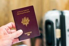 Räcka att rymma en fransman - europeiskt pass med bagage i lodisarna arkivfoton